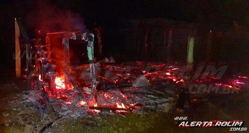 castanheiras-local-utilizado-para-campeonatos-de-pesca-esportiva-e-frequentado-por-pescadores-da-regiao-e-incendiado-e-completamente-destruido-13146-f087298e52a0b74317ff8d246723310a