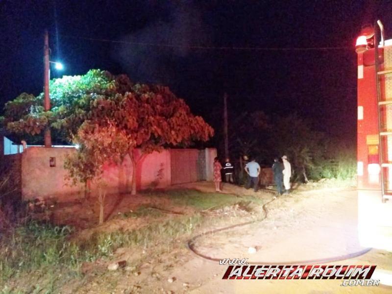 Homem sai de casa e quando retorna se depara com sua residência completamente destruída pelo fogo no Bairro Beira Rio, em Rolim de Moura