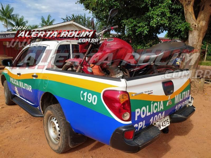 Motocicleta que foi roubada de entregador de lanche na noite de domingo em Rolim de Moura é recuperada pela Polícia Militar, em Migrantinópolis