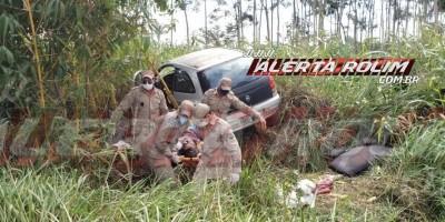 Motorista de carro é socorrido pelos bombeiros após bater em buraco e sair da pista na RO-010, em Rolim de Moura - Vídeo