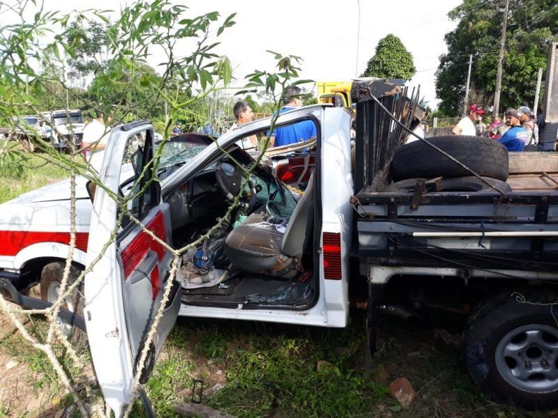 Motorista de F-1000 bate violentamente na traseira de caminhão, em Nova Brasilândia
