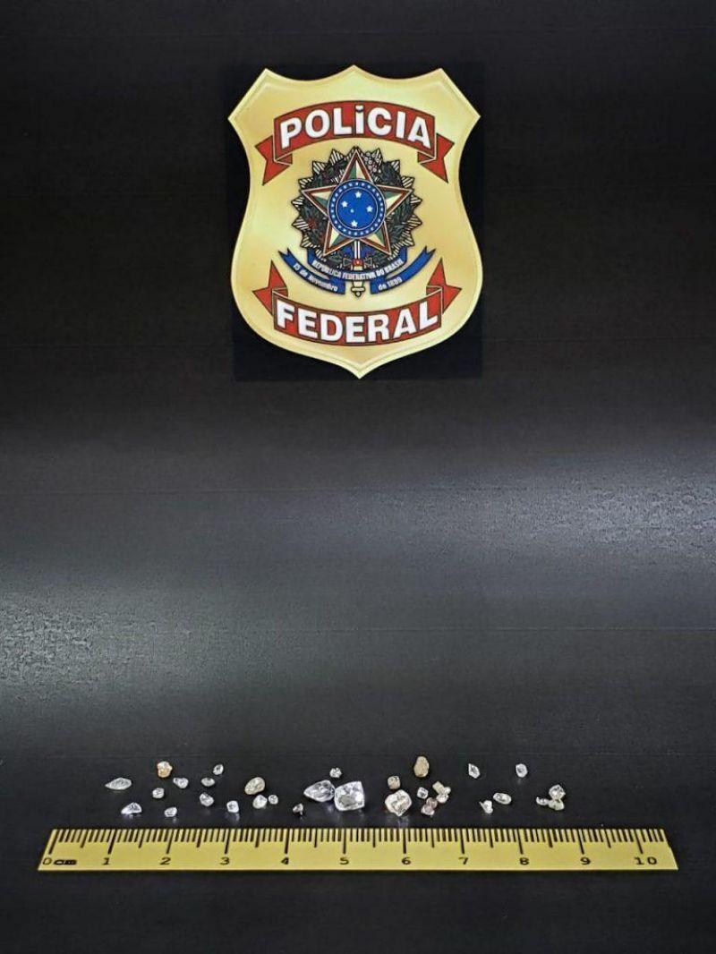 PF prende homem com mais de trinta pedras aparentando ser diamante, em Espigão do Oeste