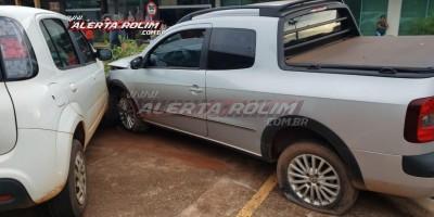 Rolim de Moura – Após cruzar preferencial, motorista de Saveiro é atingida por outro veículo, perde o controle da direção e bate em carro estacionado – Vídeo
