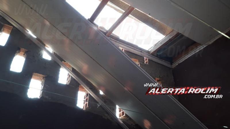 Rolim de Moura - Criminoso armado com faca invade residência através do forro e rouba celular de uma mulher no Bairro Cidade Alta