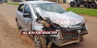 Rolim de Moura – Idosa perde o controle de direção de carro e bate em outro veículo que estava estacionado na Avenida Norte Sul – Vídeo