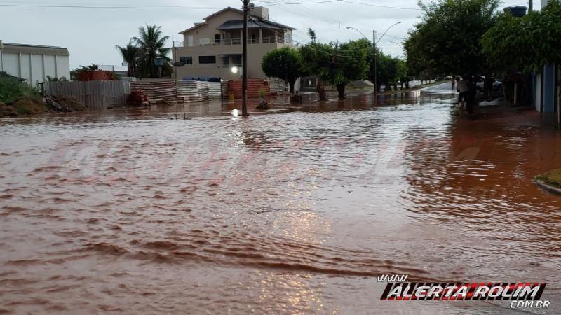 Urgente – Forte chuva causa alagamento em ruas e avenidas da cidade, em Rolim de Moura