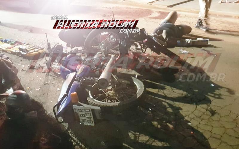 Violenta colisão frontal entre motos na Avenida São Paulo resulta em duas vítimas com fraturas, em Rolim de Moura – Vídeo