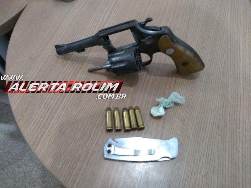 Dupla é presa por porte ilegal de arma de fogo, em Rolim de Moura