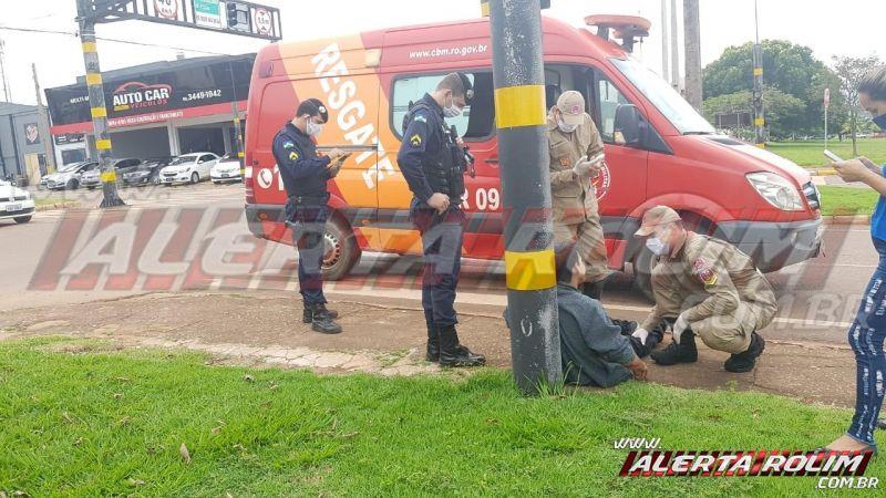 Motociclista é socorrido após sofrer queda na Av. 25 de Agosto, em Rolim de Moura