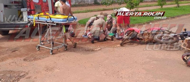 Mulher fratura perna após colisão entre duas motos no Bairro Boa Esperança, em Rolim de Moura