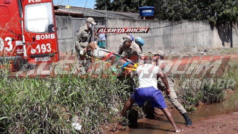 Condutor inabilitado é socorrido após cair com moto dentro de rio, em Rolim de Moura