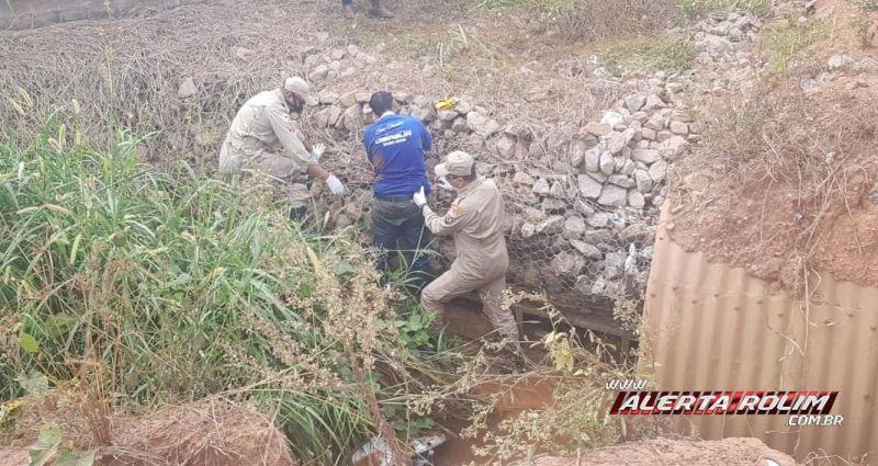 Homem é socorrido pelos bombeiros após cair com moto dentro de bueiro, em Rolim de Moura - Vídeo