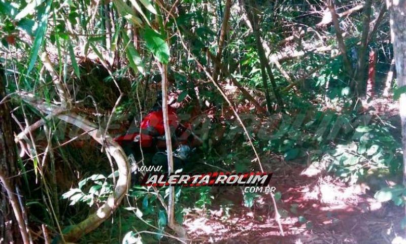 Através de denúncia, poucas horas após roubo de moto praticado por dois bandidos em Rolim de Moura, PM recupera veículo