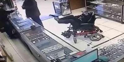 Cadeirante mudo, segura arma com os pés, escreve bilhete e tenta cometer assalto no RS - Veja o vídeo