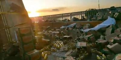 Carreta tomba na ponte do rio Madeira e população saqueia carga