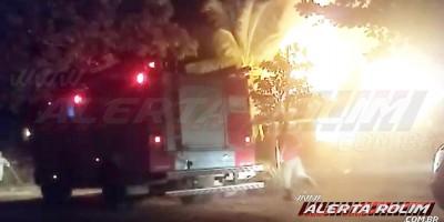 Casa abandonada, que era frequentada por usuários de drogas, é destruída pelo fogo, em Rolim de Moura - Veja o vídeo