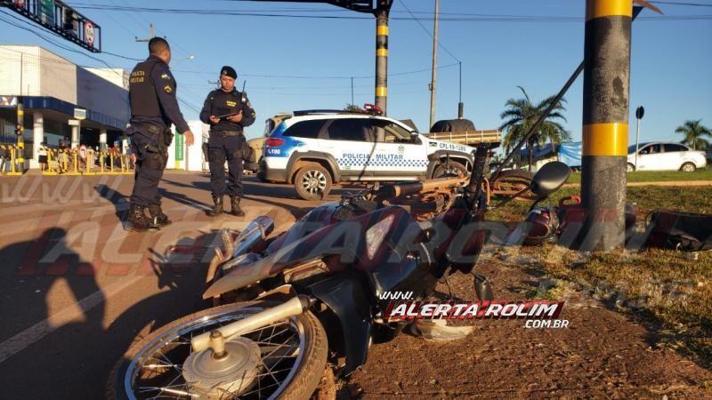 Colisão entre duas motos deixa um dos condutores inconsciente e com fratura na perna, em Rolim de Moura – Veja o vídeo