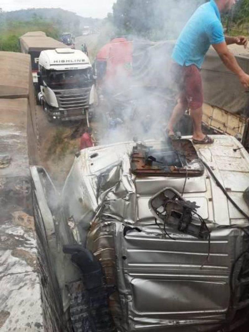 Acidente entre Jaru e Ariquemes envolve 4 caminhões na BR 364 e deixa motorista gravemente ferido - vídeo