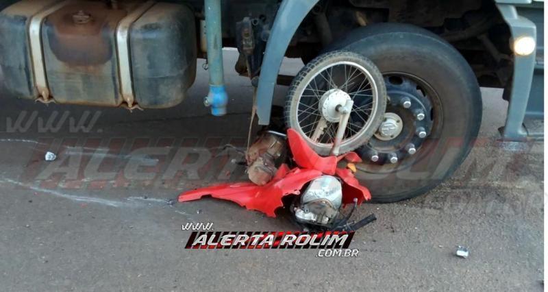 Motociclista é socorrido ao Hospital, após moto ser arrastada por vários metros por caminhão, durante acidente em frente ao Frigorífico Minerva, em Rolim de Moura