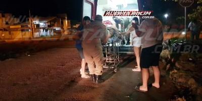Motociclista é socorrido em estado grave após passar sobre quebra-molas e sofrer queda na Avenida João Pessoa, em Rolim de Moura – Vídeo