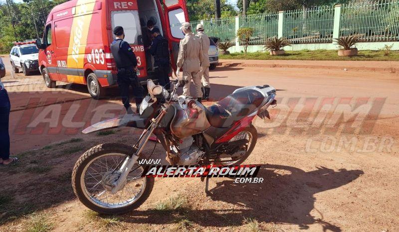 Motociclista é socorrido pelos bombeiros, após colisão com carro, no Bairro Centenário, em Rolim de Moura
