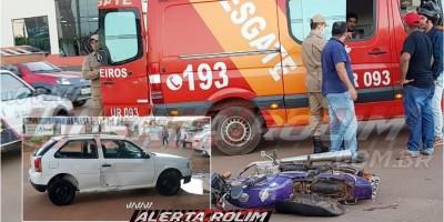 Motociclista é socorrido pelos bombeiros, após se envolver em acidente com carro no centro da cidade, em Rolim de Moura