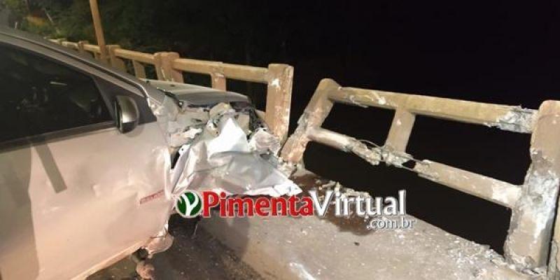 Motorista perde o controle da direção em ponte e por pouco carro não cai dentro do rio, em Pimenta Bueno