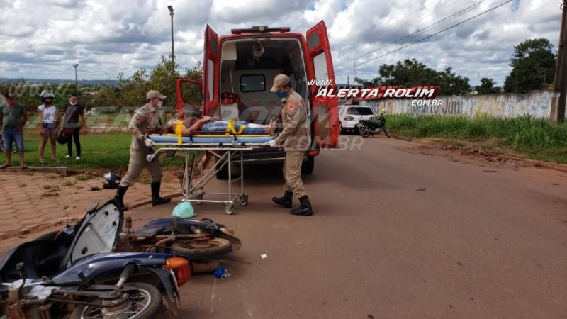 Mulher é socorrida pelos bombeiros após colisão entre duas motonetas na Avenida 25 de Agosto com Rua Urupá, em Rolim de Moura – Vídeo