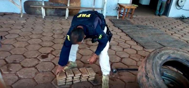 No Mato Grosso, mais de 20 kg de cocaína são encontrados pela PRF dentro de estepe de caminhão com placas de Rolim de Moura