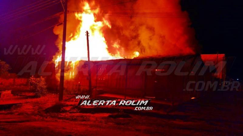 URGENTE - Bar é completamente destruído por incêndio, na Avenida Norte Sul, em Rolim de Moura - Vídeo