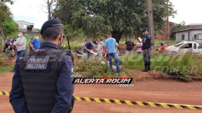 URGENTE – Homem até o momento não identificado é encontrado morto, possivelmente a facadas, no Centro de Rolim de Moura - Vídeo