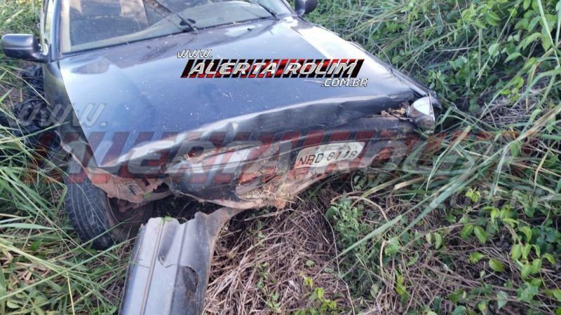 Motorista é socorrido pelos bombeiros, após perder o controle do carro e sair da pista, na RO-479, em Rolim de Moura