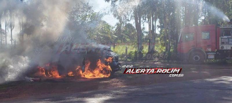 Veículo pega fogo enquanto motorista trafegava pela RO-010, em Rolim de Moura; Veja o vídeo