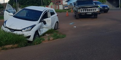 Polícia Militar registra colisão entre caminhonete e HB-20, em Rolim de Moura