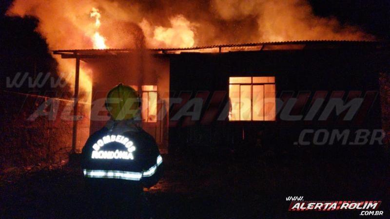 Bombeiros combatem incêndio em residência no Bairro Centenário, em Rolim de Moura – Veja o vídeo