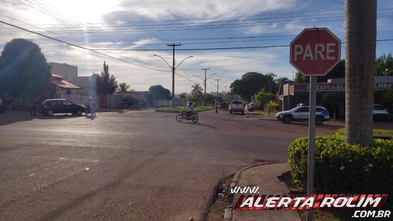 Caminhonete atinge veículo de passeio no Centro da cidade, em Rolim de Moura - Veja o vídeo
