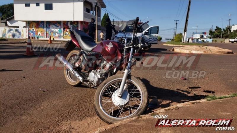 Condutor de carro bate em muro de residência após ser atingido por motocicleta, em Rolim de Moura – Vídeo