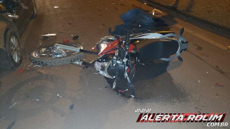Grave colisão entre carro e moto resulta em duas pessoas feridas, em Rolim de Moura