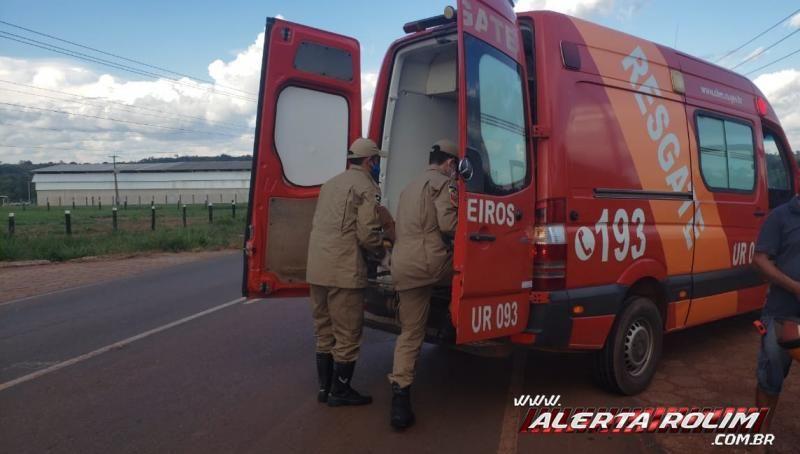 Motociclista é socorrido pelos bombeiros após colisão na RO-010, em Rolim de Moura