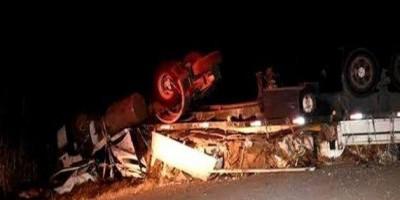 Passageira morre após carreta sair da pista e tombar na BR-364