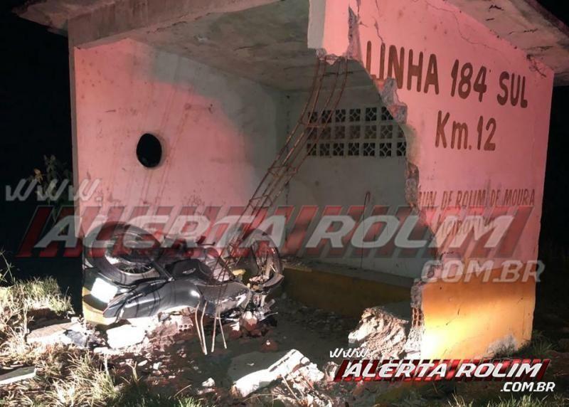 URGENTE – Motociclista perde a vida após bater em ponto de ônibus do km 12 da RO-383, em Rolim de Moura