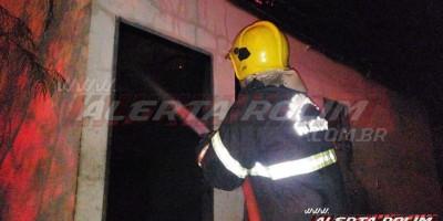 Incêndio atinge residência no Jatobá II durante a madrugada, em Rolim de Moura - Vídeo