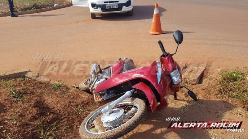Adolescente conduzindo moto é socorrida pelos bombeiros ao se envolver em acidente de trânsito na Rua Parnaíba, em Rolim de Moura - Vídeo