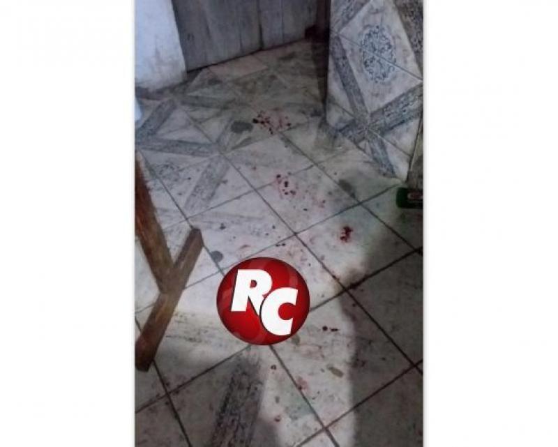 Jovem fica em estado grave ao ser esfaqueado dentro de boate, em Seringueiras