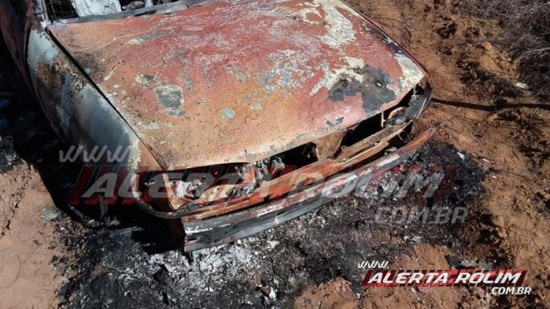 Veículo é encontrado incendiado na linha do Pedro, em Castanheiras
