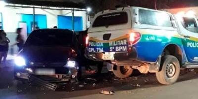Após sair de bar homem colide carro em viatura da PM