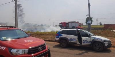 Homem é autuado pela PM após atear fogo em terreno e incêndio se propagar no loteamento Buritis, em Rolim de Moura