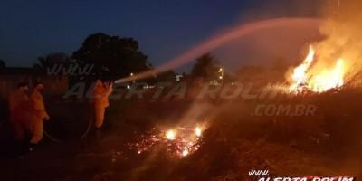 Homem é conduzido à UNISP após atear fogo em terreno no Bairro Olímpico, em Rolim de Moura