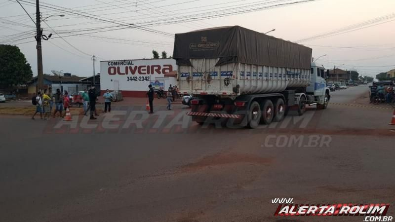 Motociclista é encaminhado para Cacoal após colidir em caminhão caçamba no Bairro Beira Rio, em Rolim de Moura