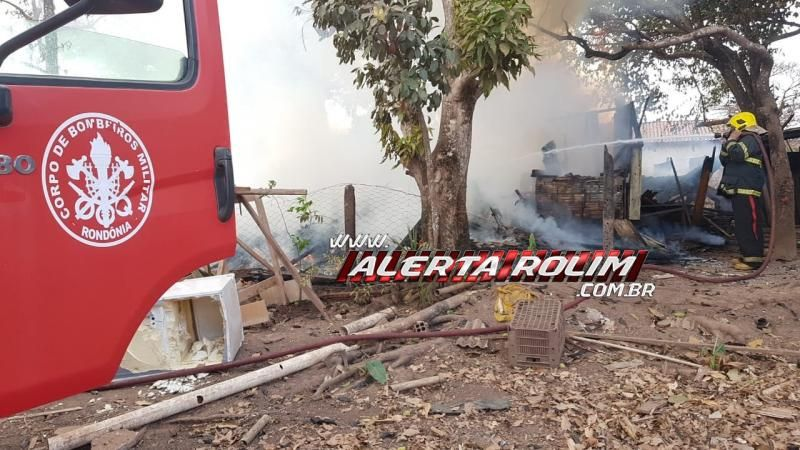 URGENTE - Casa em madeira é destruída por incêndio no Bairro Centenário, em Rolim de Moura